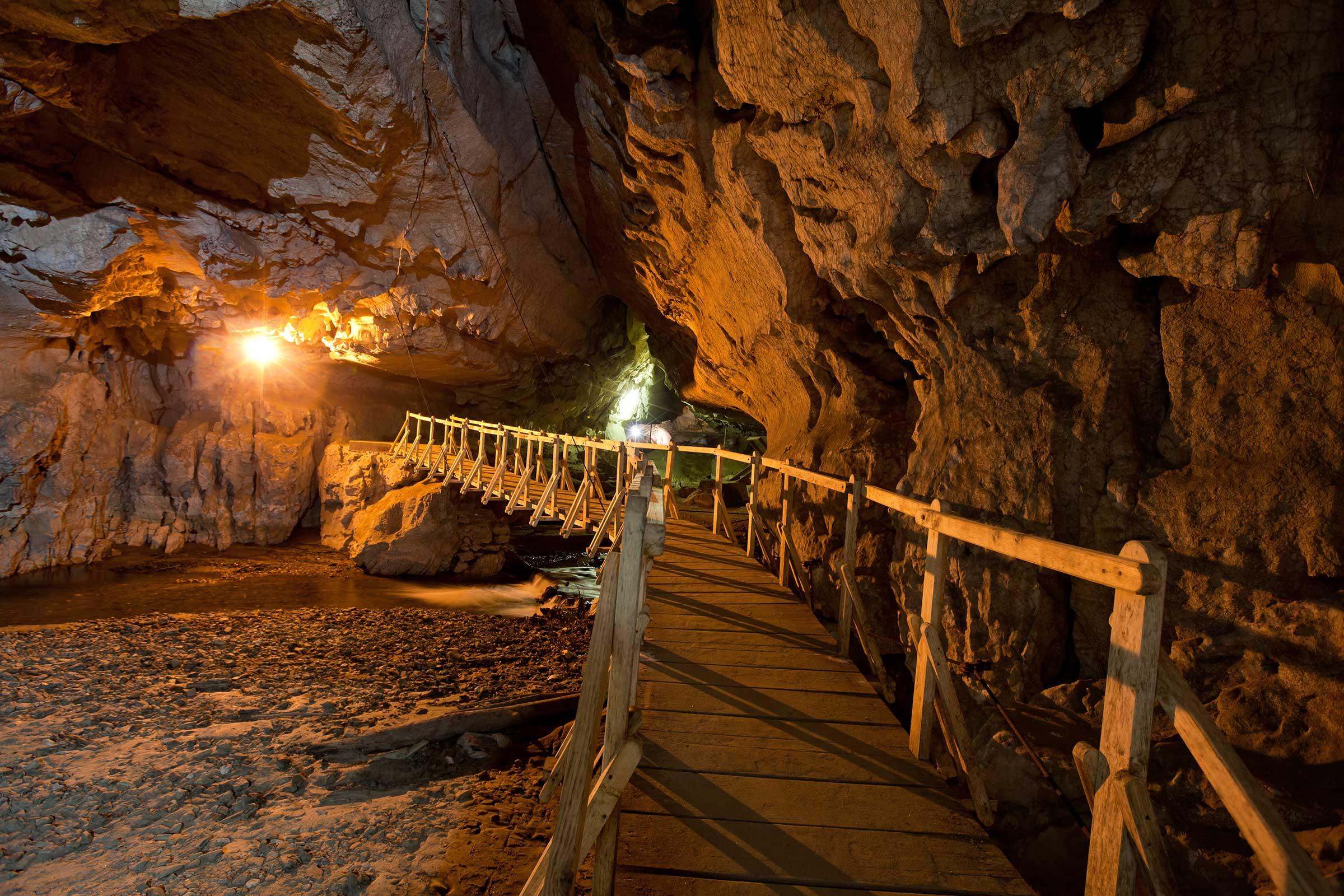 Pod de lemn in Pestera Bolii -Petrosani