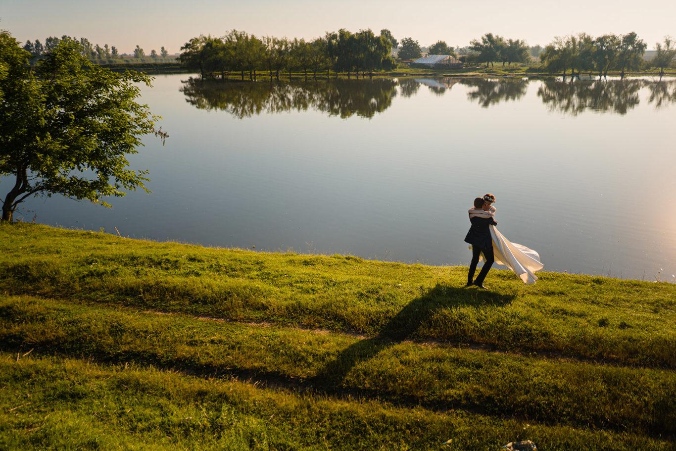 Mire si mireasa pe malul lacului - sesiune foto dupa nunta