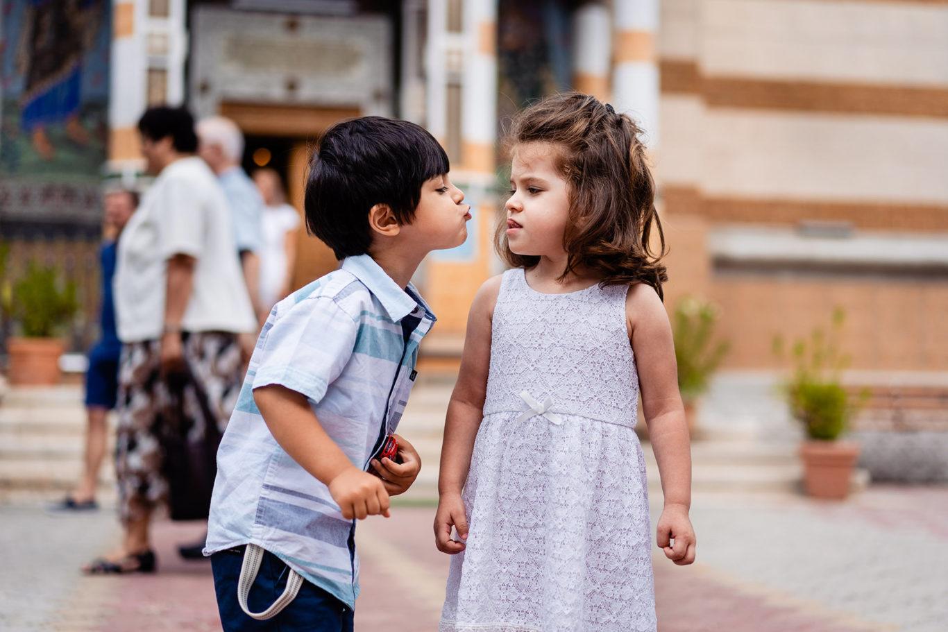 Give me a kiss - fotograf copii Ciprian Dumitrescu
