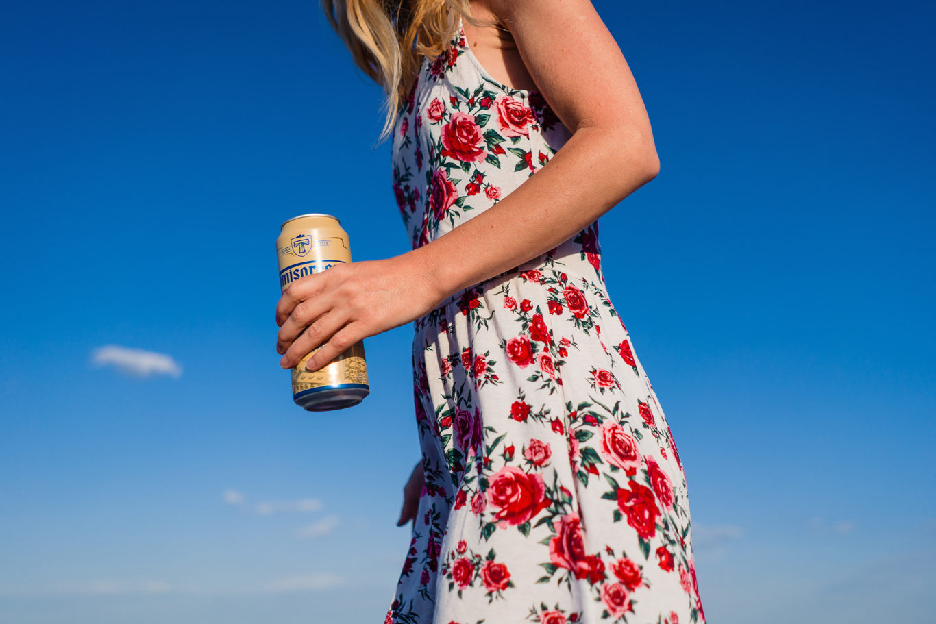 Mami la o bere pe plaja