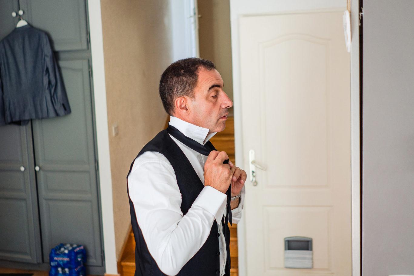 Tata socru se imbraca pentru nunta