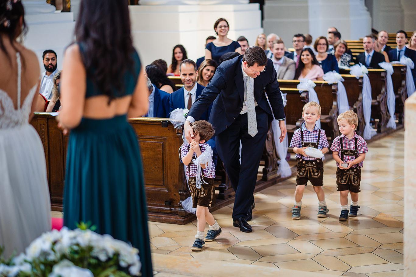 Copilasi aduc inele la altar