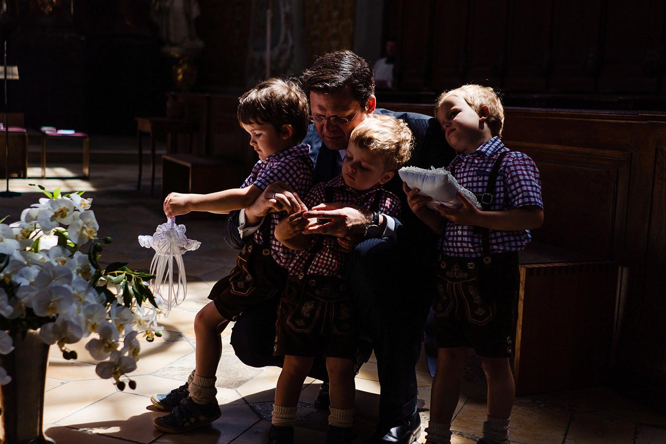 Copii asteapta momentul sa dea inelele la o nunta in Munchen