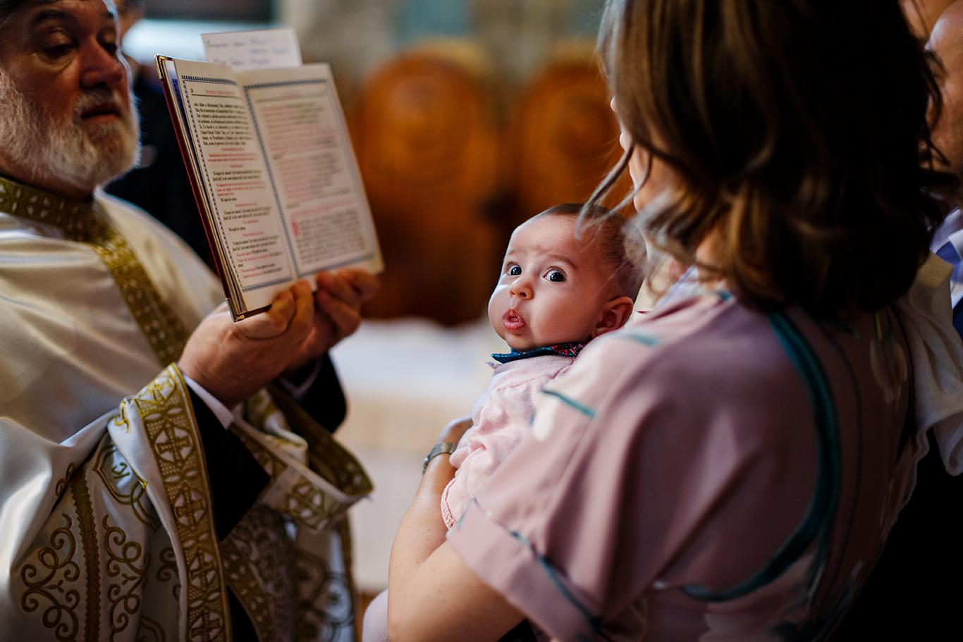 Oare ce vrea sa zica nenea asta intreaba micuta Ruxi la botez